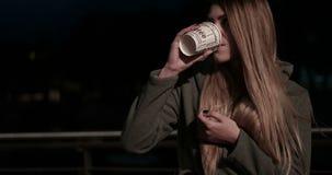 街道的女孩少年在夜饮用的咖啡 股票视频