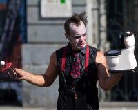 街道的小丑。 免版税库存照片