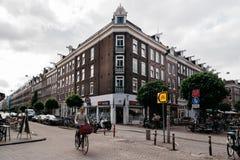 街道的未认出的骑自行车者在阿姆斯特丹 库存图片