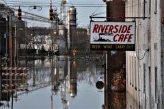 街道的河洪水在极光,印第安纳晚上 库存照片