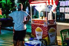 街道的玉米花卖主在Cinarcik镇在夏天-土耳其晚上  库存照片