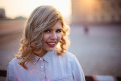 街道的白肤金发的女孩 免版税库存照片