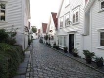 街道的白色房子 免版税库存图片