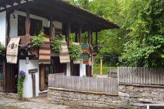 街道的看法在建筑复杂Etara,保加利亚 免版税图库摄影