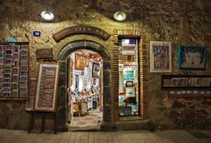 街道的艺术演播室在圣特罗佩在晚上,法国 免版税库存图片