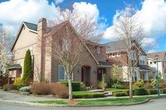 街道的角落的美丽的美国房子 图库摄影