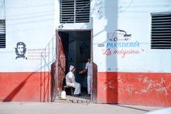 街道的面包店workest基于在工作在古巴 库存照片