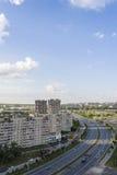 从街道的高度的看法在大道tratorostroiteley,房子的, 城市切博克萨雷,楚瓦什人共和国,俄罗斯 05/04/2016 免版税图库摄影