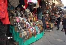 街道皮革市场在佛罗伦萨,意大利 免版税库存照片