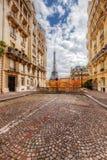 从街道看见的艾菲尔铁塔在巴黎,法国 鹅卵石路面 免版税库存照片