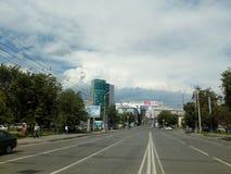 街道窃贼在车里雅宾斯克朝革命正方形的方向 免版税库存图片