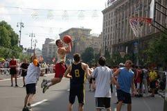 街道篮球运动场的蓝球运动员 库存照片