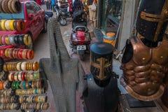 街道纪念品市场在卖身体装甲的印度 库存图片