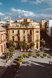 街道美丽的景色在市中心与历史建筑和老建筑学,鸟瞰图,剧烈的天空 免版税图库摄影