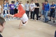 街道舞蹈演员节日在圣彼德堡 免版税库存照片