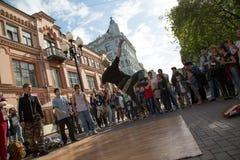 街道舞蹈男性跳跃的人群社论莫斯科俄罗斯2017年6月 免版税库存图片