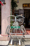 街道艺术位于乔治城,槟榔岛的自行车零件做的钢猫头鹰scuplture 免版税库存图片