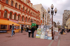 街道艺术家出售他们的照片(莫斯科) 免版税图库摄影
