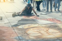 街道艺术家在与白垩2的路面画 免版税库存照片