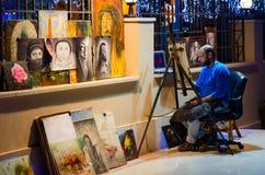 街道艺术家在伦敦苏豪区购物和娱乐区在晚上, Sharm El谢赫,埃及摆正 图库摄影