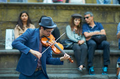 街道艺术家在佛罗伦萨的hystoric中心的弹小提琴 免版税库存照片