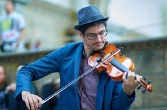街道艺术家在佛罗伦萨的hystoric中心的弹小提琴 库存照片