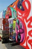 街道艺术家在新的街道艺术吸引力兔子艺术墙壁的绘画壁画 图库摄影