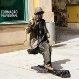 街道艺术家在波尔图,葡萄牙:椅子和书桌去 免版税库存照片
