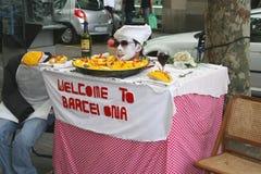 街道艺术家是有趣的在Las Ramblas欢迎游人到巴塞罗那 库存照片