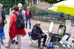 街道艺术家画家在萨尔茨堡,奥地利的老中心 免版税库存照片
