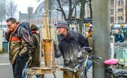 街道艺术家画站立在路人人群的图片  免版税库存照片