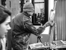 街道艺术家画站立在路人人群的图片  免版税图库摄影