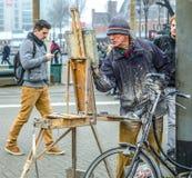 街道艺术家画站立在路人人群的图片  库存图片