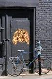 街道艺术狗和自行车 库存照片
