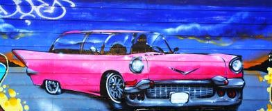 街道艺术蒙特利尔桃红色卡迪拉克 免版税库存照片