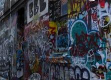 街道艺术被轰炸的砖墙在墨尔本 免版税库存照片