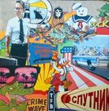 街道艺术跌倒的迈克尔・道格拉斯,逗留Puft和唐老鸭 免版税库存照片