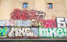 街道艺术,有街道画文本样式的黄色墙壁 库存照片
