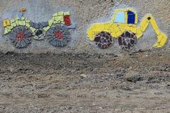 街道艺术-马赛克& x28; Tapestry& x29;挖掘机和拖拉机,捷克 免版税库存图片