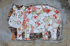 街道艺术-马赛克& x28; Tapestry& x29;母牛,捷克 免版税库存照片