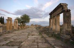 街道观点的古城希拉波利斯,棉花堡/土耳其 库存照片