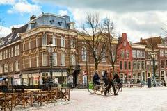 街道视图和人乘坐的自行车在莱顿,荷兰 免版税库存图片