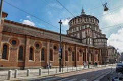 街道视图和圣玛丽亚delle Grazie教会的边在米兰 库存照片