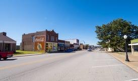 街道视图在一个小村庄在路线的66 -斯特劳德-俄克拉何马- 2017年10月16日俄克拉何马 库存照片