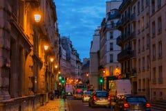街道视图在巴黎,法国,在晚上 免版税库存图片