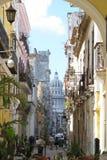 街道视图有El Capitolio大厦的哈瓦那古巴 库存照片