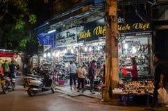 街道视图的夜生活在河内老处所,人们的在它附近能看的探索和购物 免版税库存图片