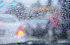 街道视图通过一块湿挡风玻璃 免版税库存图片