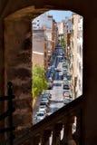 街道视图通过在一个老大厦的一个窗口 库存图片