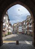 街道视图通过Spalentor门在巴塞尔 库存图片